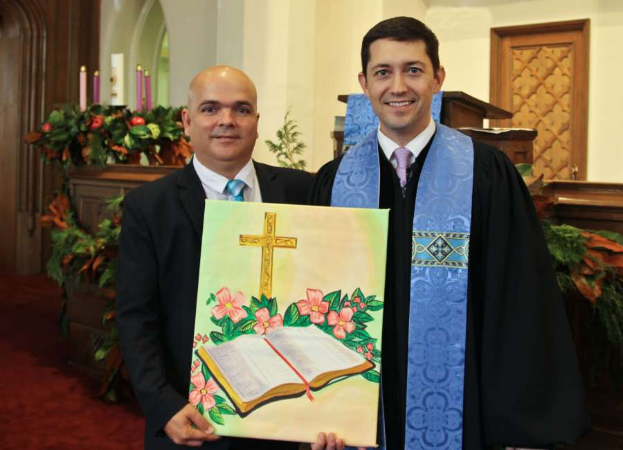 Cuban pastor presents painting to Central