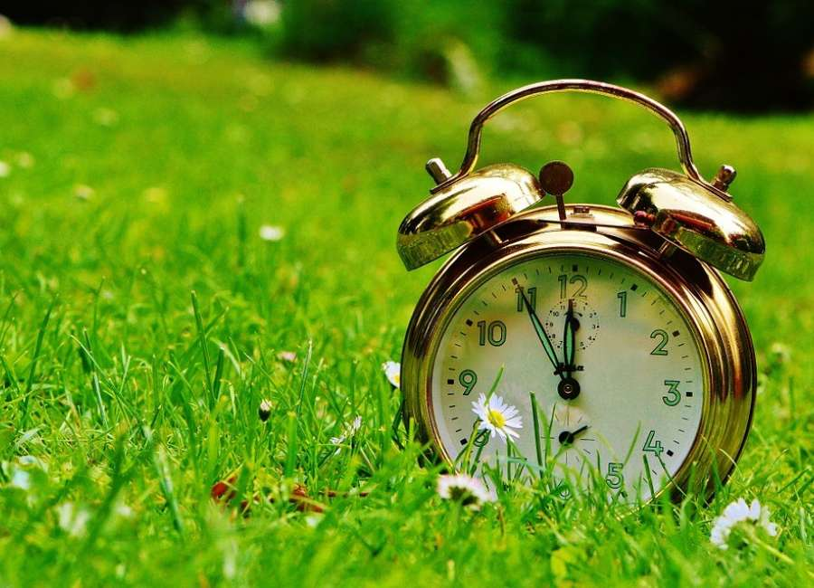 Set clocks ahead for Daylight Savings Time